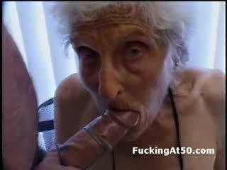 Senile wrinkled ग्रॉनी gives ब्लोजॉब और होती हे गड़बड़ द्वारा deviant फ्रीक