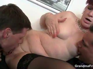 Офис кучки swallows two dicks