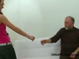 Slank tiener meisje geneukt door oud man aftrekken af haar boyfriend en having sperma over haar tieten