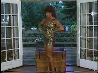Joanne mccartney shows ของ เธอ น่าประหลาดใจ ขา ใน สั้น กระโปรง