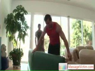 Ung fella getting hans painfull tillbaka threated av massagevictim