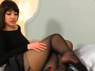 Blackhair student teasing na the łóżko