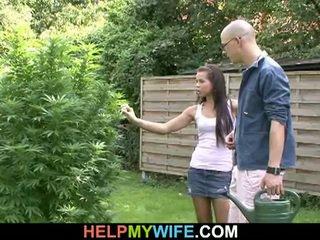 Jovem newlywed esposa fucks garanhão infront de hubby