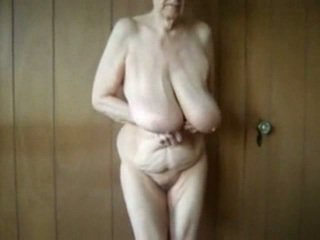 80 année vieux vieille avec grand saggy seins