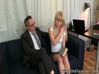 Candy doesn't exactement obtenir beaucoup choix en la question, mais she's sûrement turned sur par son tricky vieux prof