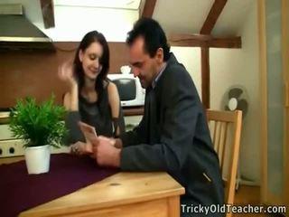 Tina studies onto den bord sammen med ben hverandre.