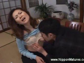 Asiatisk milf demands gutt til slikk henne fitte
