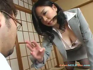 Грудаста азіатська матуся gets її великий цицьки і манда licked