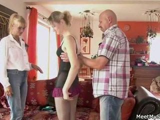 Vieux mère et papa séduit et bang son's gf
