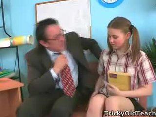 Irena was surprised kjo të saj mësues has i tillë the gjigand kar.