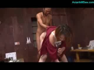 ناضج امرأة في kimono مص كوك مارس الجنس بواسطة 2 guys في ال أرضية