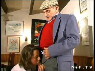 Francozinje milf v trojček s papy popotnik v a restaurant
