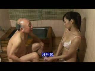 Japanisch krankenschwester taking pflege über großvater video