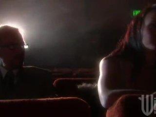 Cây mun haired goes đến các rạp chiếu phim vì một band xâm lược