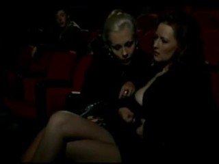 Alduterio italiano karena ragazze al bioskop