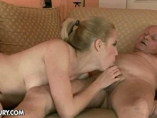 شقراء فتاة fucks بواسطة an قديم رجل
