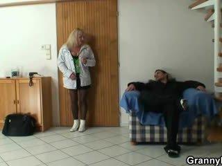 Lad picks アップ a おばあちゃん と bangs 彼女の