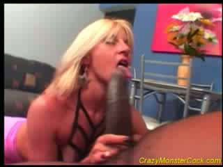 Racy blonde receives énorme boner
