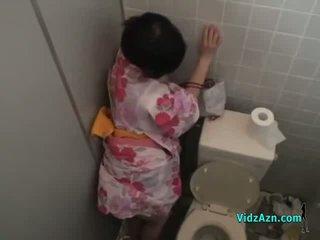 亚洲人 女孩 在 kimono 性交 从 背后 附带 到 屁股 在 该 toilette