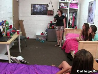 Comel dan curious kolej kanak-kanak perempuan