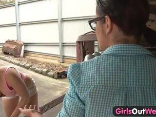 Australiska flickor licking fittor i den garage