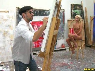 An artist הסתכלות ל a מודל ל paint