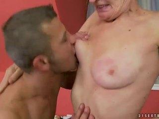 熱 奶奶 gets 她的 毛茸茸 的陰戶 性交