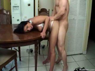 حار موم gets مارس الجنس في ال مطبخ