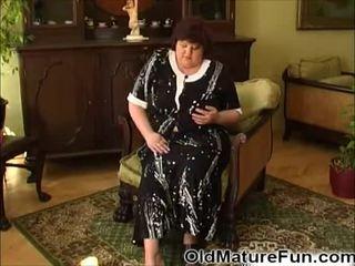 По-стари жени играя с голям бомби видео