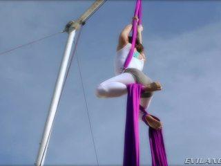Belladonna keeps ise sisse kuju doing aerial siid routines