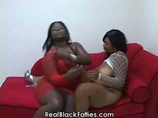Ronde lesbiennes prendre une profond drilling