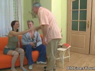 Teenaged laska screams na zewnątrz jako an dojrzała chap gives jej the hell z the pieprzenie