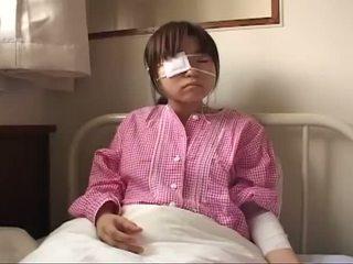 Unge japansk ludder med ruptured pupper og anal injury