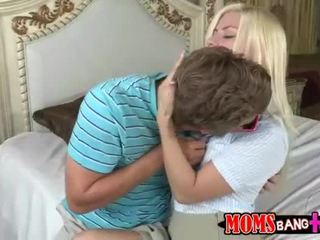 Milf syren demer menyertai remaja pasangan dalam katil