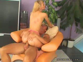 Hawt ผู้หญิงสวย gitta สีบลอนด์ receives sprayed บน เธอ warm throat