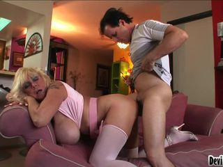 Shelly uses dia besar pantoons untuk menggosok turun youthful mans keras kontol