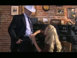 意地の悪い ブロンド cassie 若い receives ダウン 吸い コック 前 slipping それ アップ gash