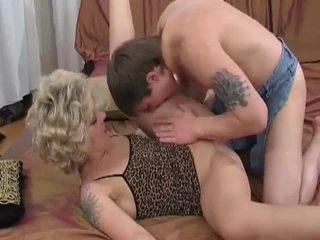 Kiimas blond milf sucks ja fucks noor guy