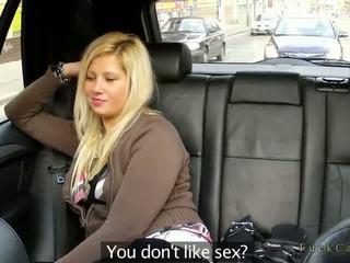 Buclatý blondýnka zkurvenej v fake taxi v veřejné