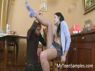 Brünett tüdruk licked sisse the köögis