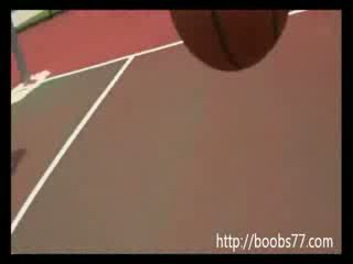 adorable chica Juggs out on basketball court