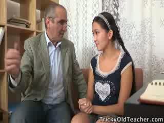 Tricky lama perv guru persuades warga asia cutie kepada menghisap beliau zakar/batang