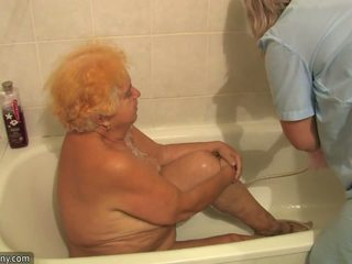 Gammel lubben grandmother having knulling beside innocent person