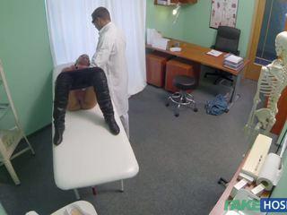 Γιατρός examinates αυτήν μουνί με ένα καβλί.