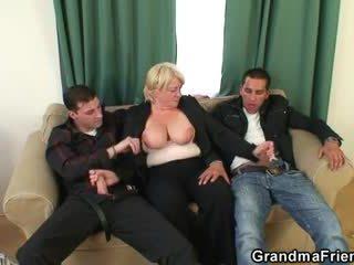 Bertiga pesta seks berkumpulan dengan mabuk nenek