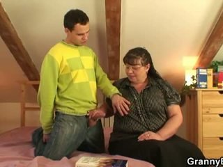 Babičky bet: velký busty babičky souložit mladý chlapec.