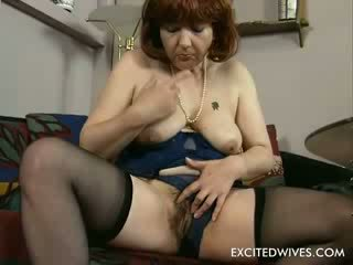 Home alone feeling horny. This 48 year old women will show us how to rub an old hairy puss in todays solo-scene. Dresse