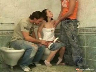 Tiga beberapa dalam yang washroom