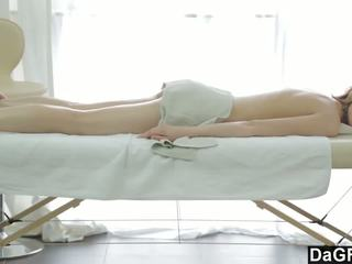 Thanking o massagem therapist com um broche