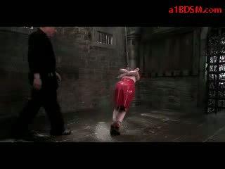 Rūdmataina meitene uz lateks svārki hanging uz verdzība tortured ar nūja un ūdens līdz meistars uz the apakšzemes cietums